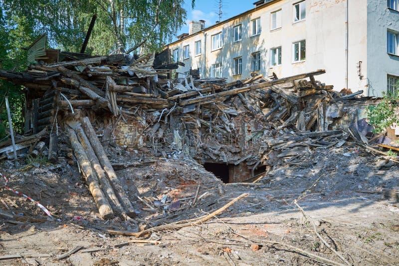 Rivning eller disassembly av ett gammalt bränt trähus arkivfoto
