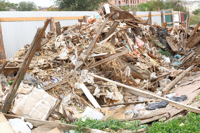 Rivningavfalls på jordningen royaltyfria bilder