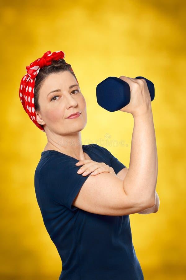 Rivoir de levage de rosie de poids de femme photo libre de droits