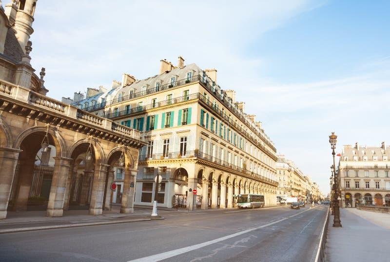 Rivoli ruegata i Paris nära Louvreslott arkivbilder