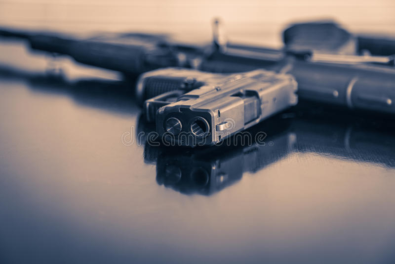 Rivoltella e fucile fotografie stock libere da diritti