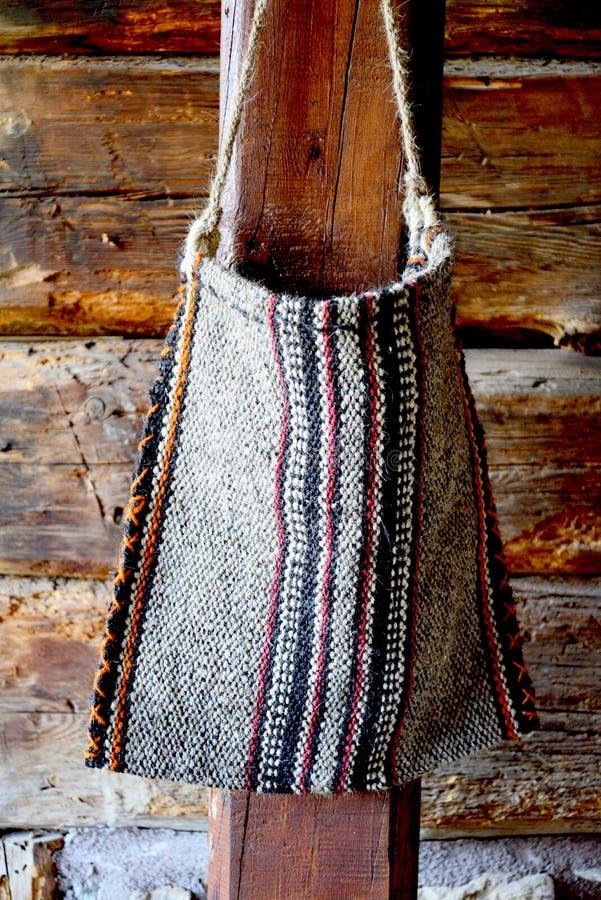 Rivolti il fieno la borsa o la borsa del foraggio in una stalla del cavallo immagini stock