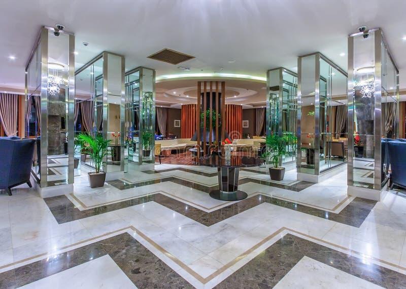 Rixos-Hotel in Erholungsort Gorkys Gorod in Sochi hat Aufenthaltsraum der Innenarchitektur des abstrakten Spiegels mit modernen M stockfotografie
