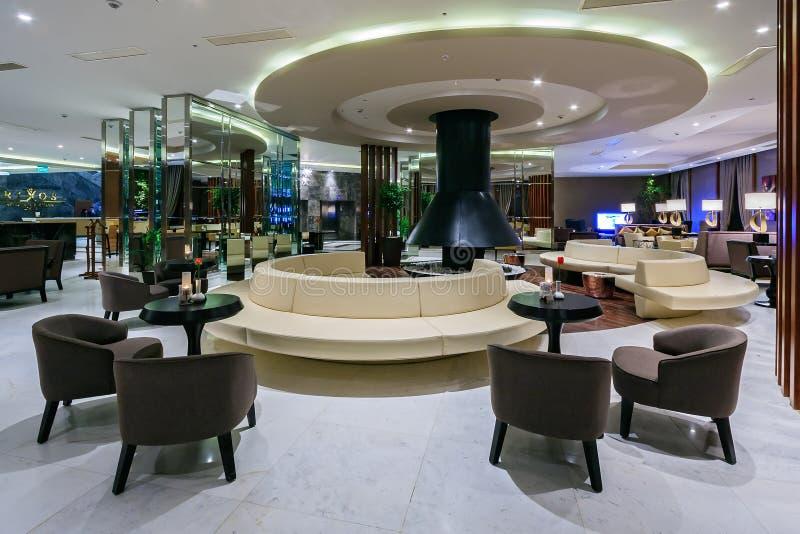 Rixos Krasnaya Polyana旅馆招待会大厅和大厅酒吧内部设计与现代装饰和舒适的设置 库存照片