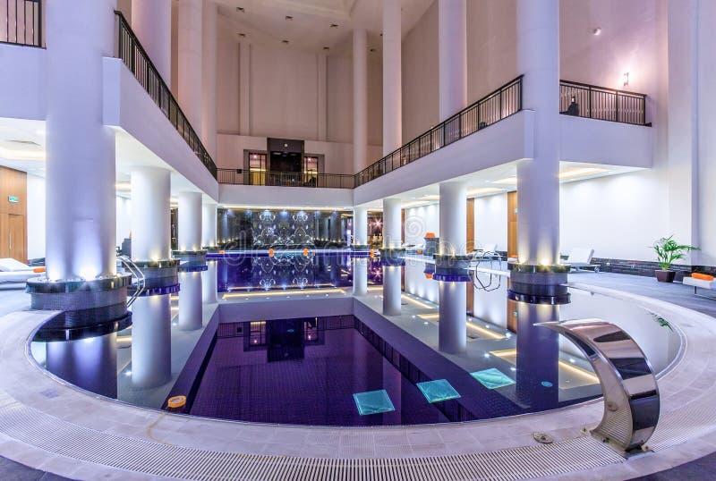 Rixos kungliga Spa i Krasnaya Polyana kan skryta en modern inredesign med arkitektoniska garneringar och en stor hög ce för pöl o fotografering för bildbyråer
