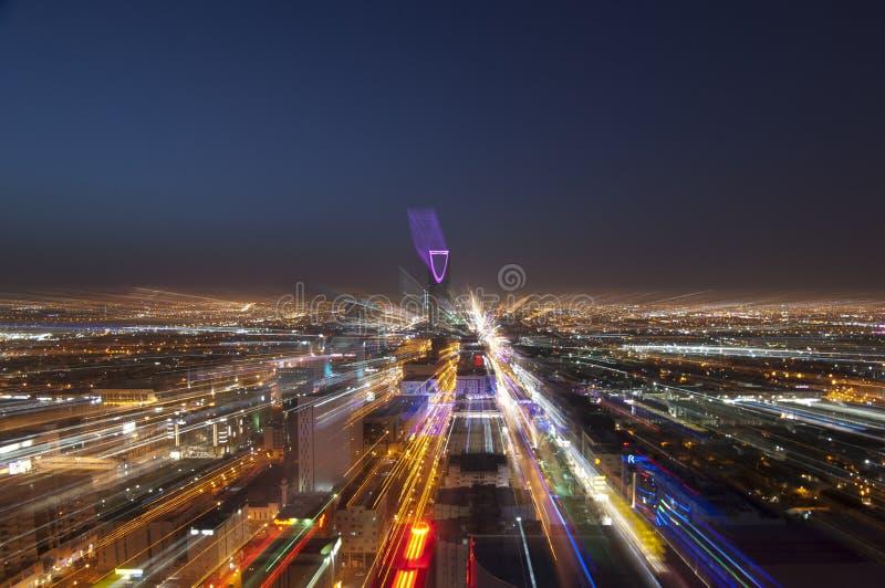 Riyadh horisont på natten, zoomar i praktiken arkivfoto