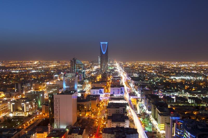 Riyadh horizon bij nacht, die Olaya-Straatmetro Bouw tonen royalty-vrije stock foto