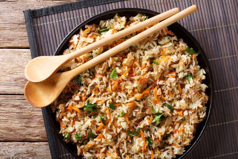 Riz épicé thaïlandais avec de la viande hachée et des légumes en gros plan sur photographie stock libre de droits