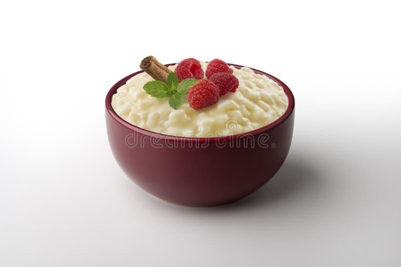 Riz au lait avec des framboises images stock