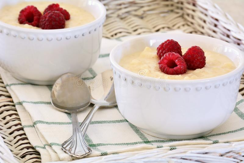 Riz au lait crémeux avec des framboises photo libre de droits