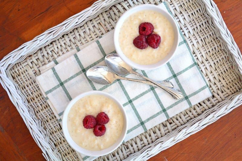 Riz au lait crémeux avec des framboises photos libres de droits