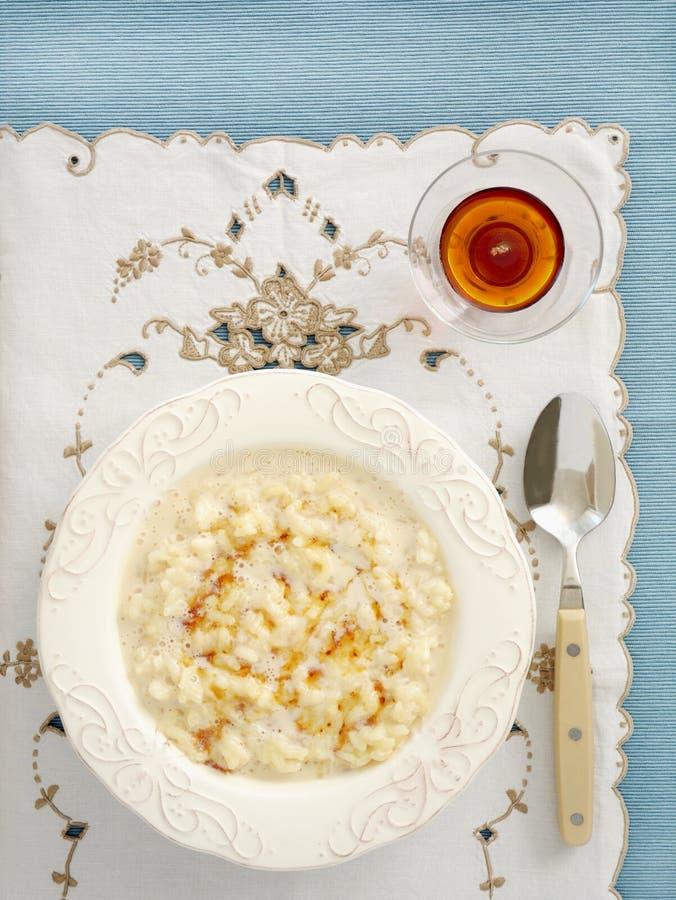 Riz au lait crémeux avec le sirop d'érable photographie stock