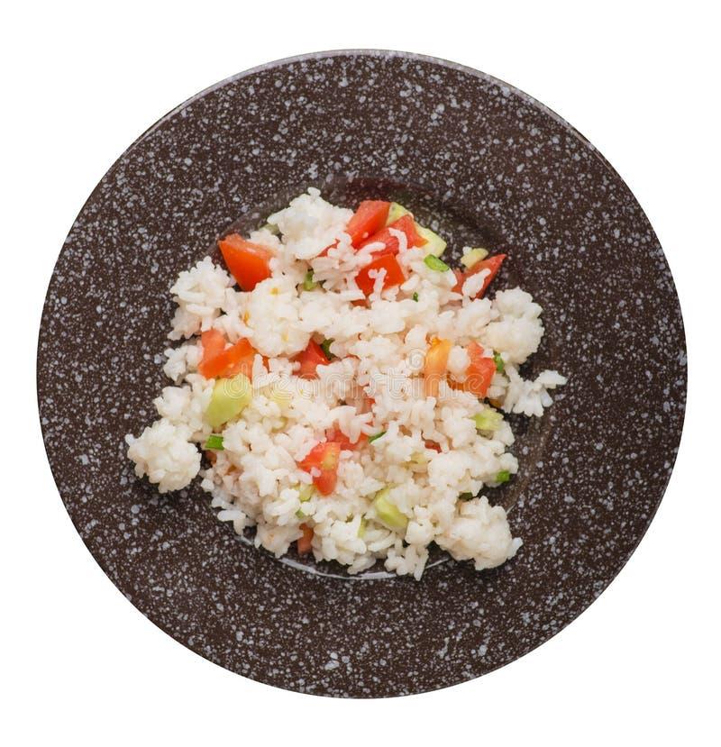 Riz avec des légumes d'un plat d'isolement sur le fond blanc riz avec des tomates, des concombres et des oignons photographie stock