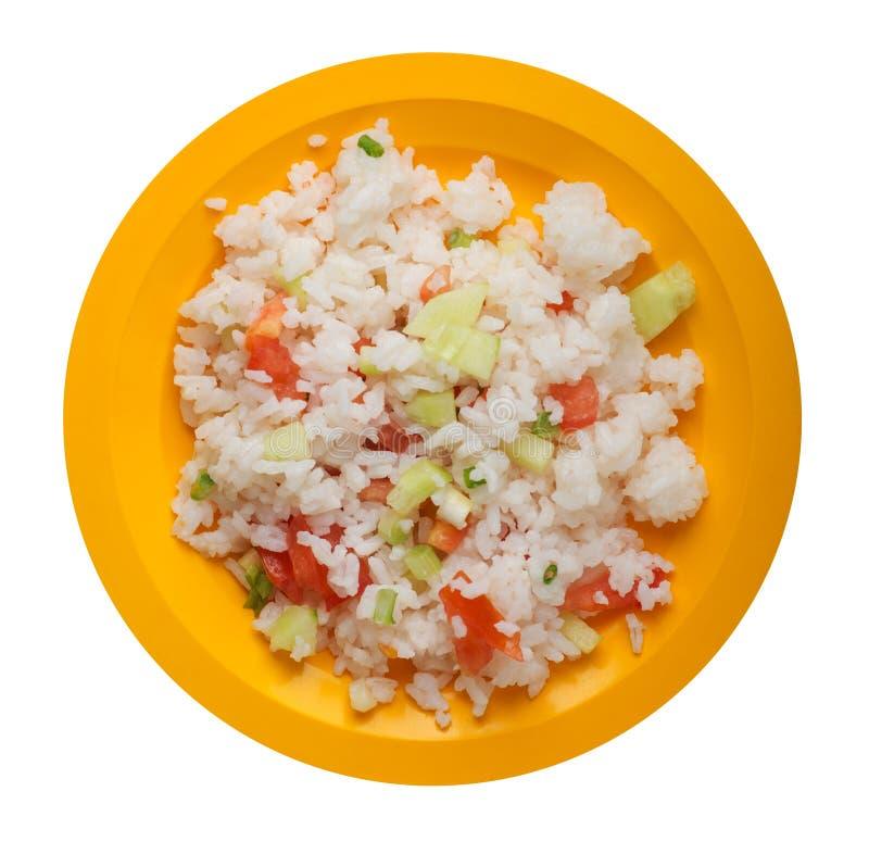 Riz avec des légumes d'un plat d'isolement sur le fond blanc riz avec des tomates, des concombres et des oignons photo libre de droits