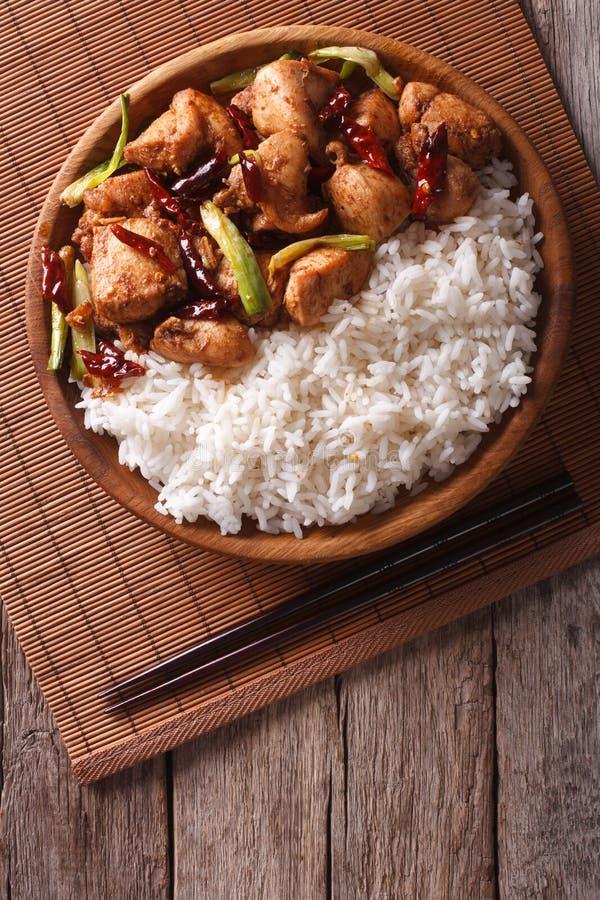Riz avec le poulet épicé de Kung Pao Vue supérieure verticale image stock