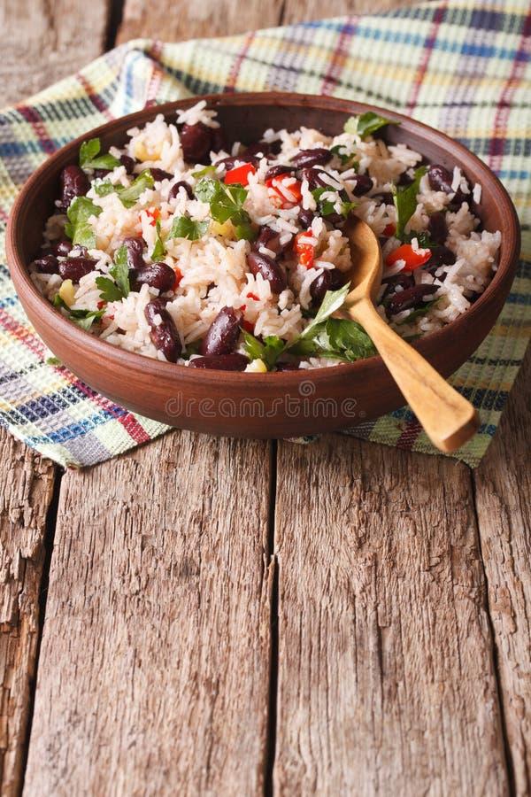 Riz avec les haricots rouges et d'autres légumes dans une cuvette vertical photographie stock