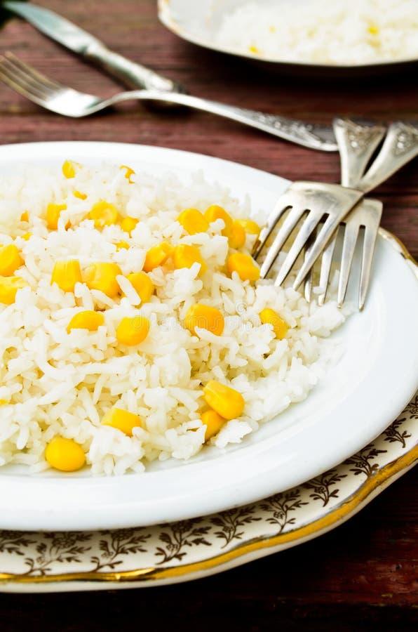 Riz basmati en maïs de witn blanc de plat photographie stock