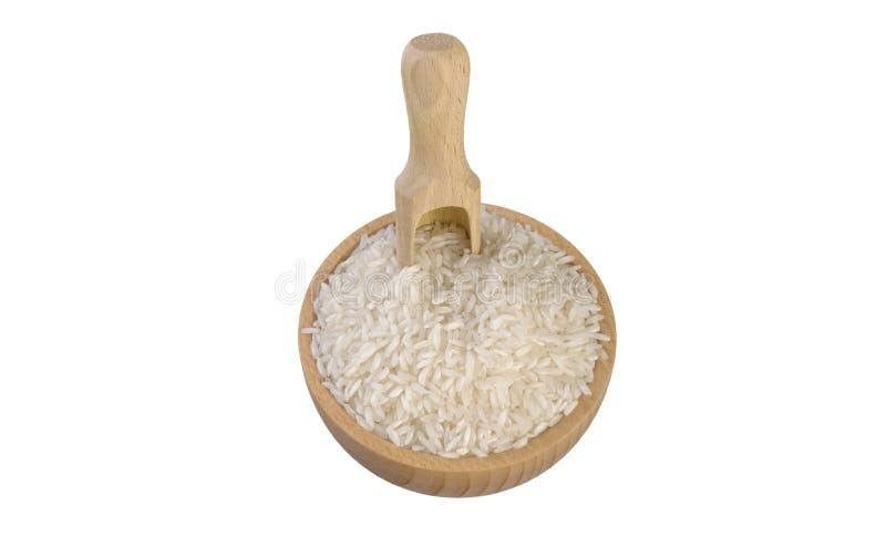 Riz blanc à grain long dans la cuvette en bois et le scoop d'isolement sur le fond blanc nutrition bio Ingr?dient de nourriture n photo stock