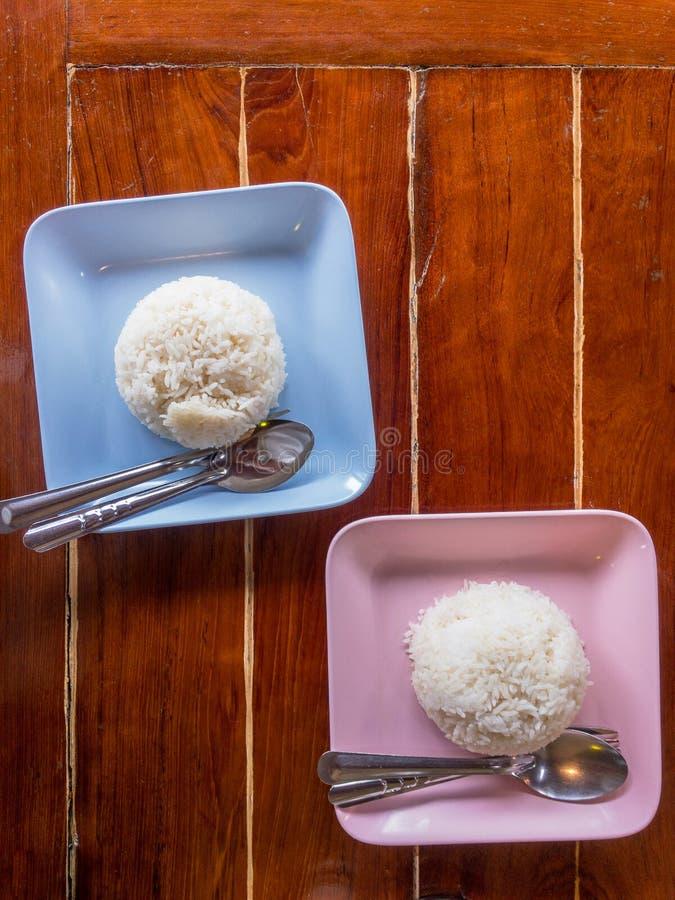 Riz blanc cuit à la vapeur dans la cuvette sur en bois photos libres de droits