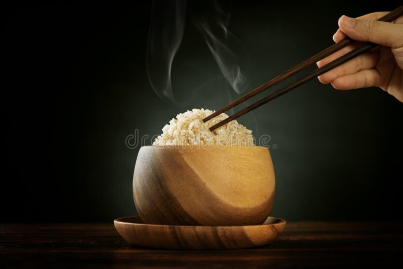 Riz brun Basmati organique cuit avec la vapeur et les baguettes image libre de droits