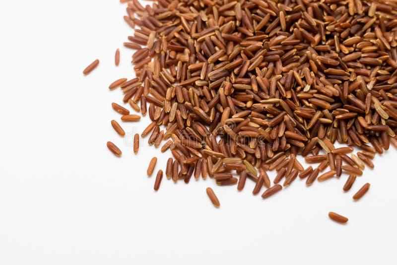 Riz brun cru sur le fond blanc photographie stock libre de droits
