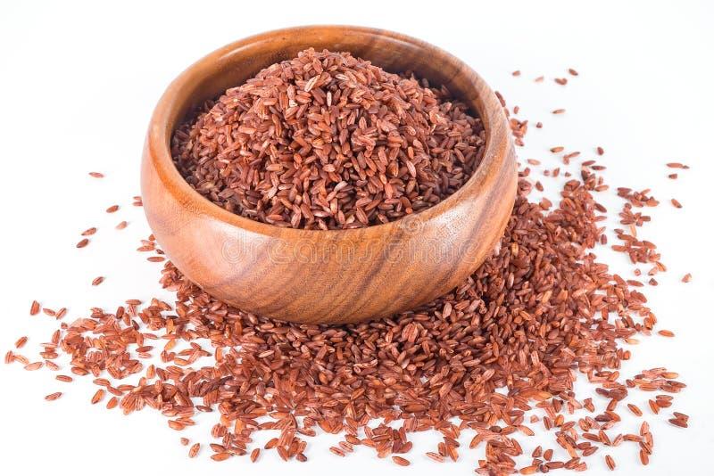 Riz brun dans la cuvette en bois photographie stock