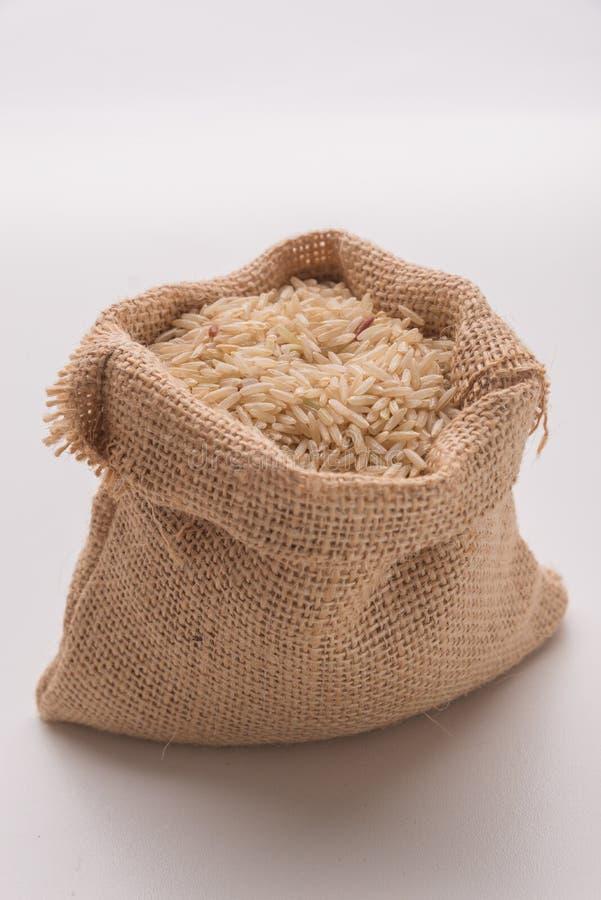 Riz brun dans le mini sac photos stock