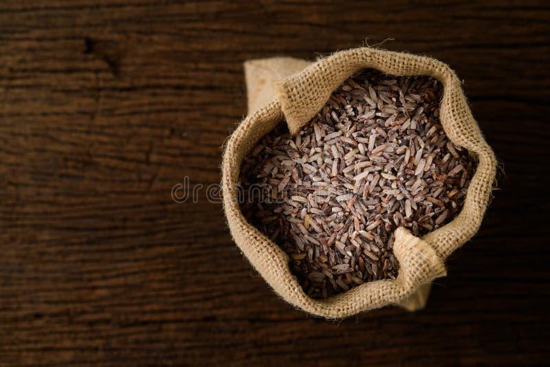 Riz brun dans le sac de sac photos stock