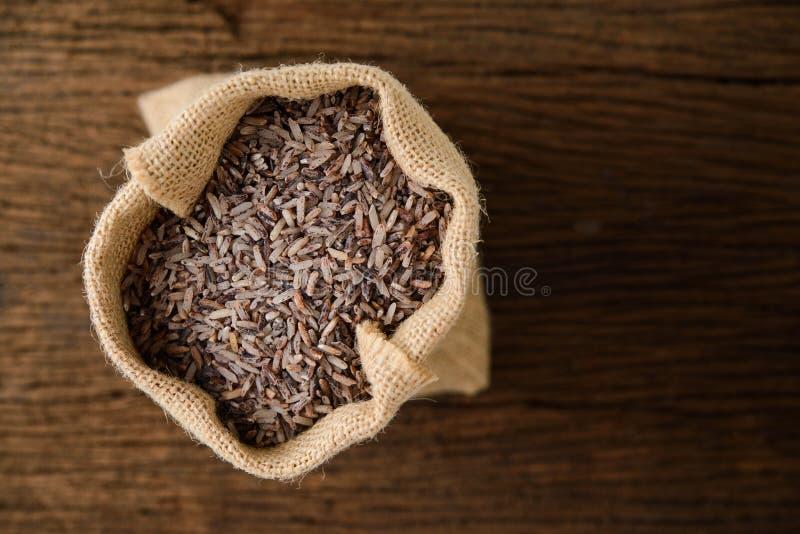 Riz brun dans le sac de sac photo stock
