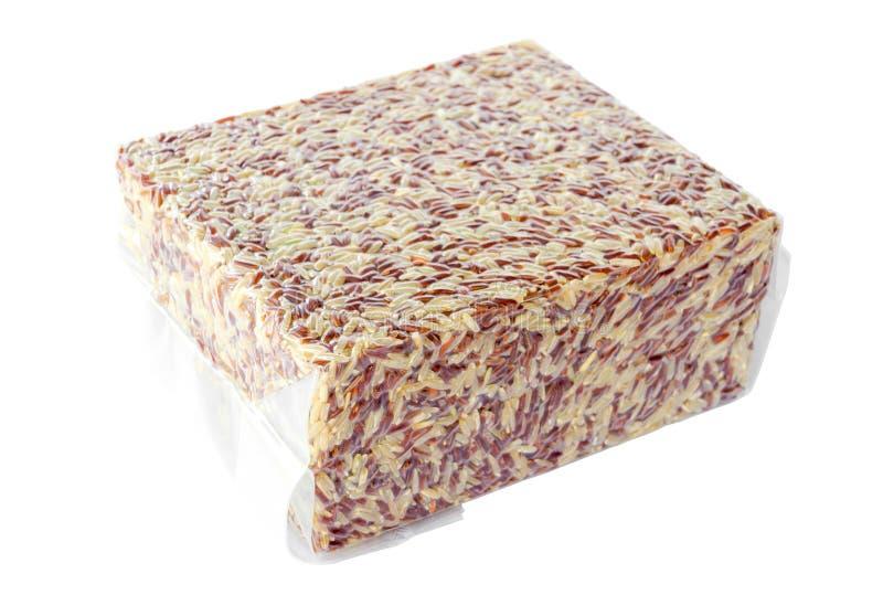 Riz brun dans le sachet en plastique de vide photographie stock