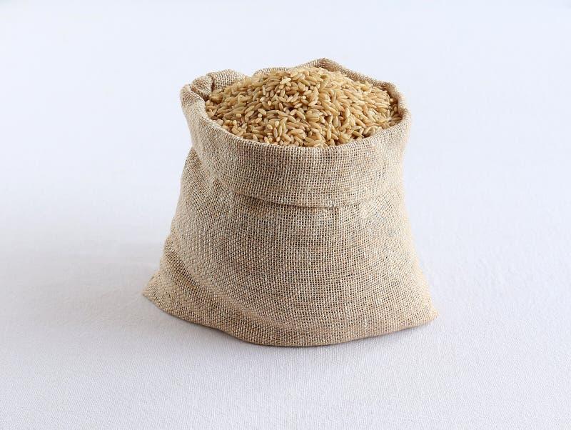 Riz brun de nourriture saine dans un sac images libres de droits