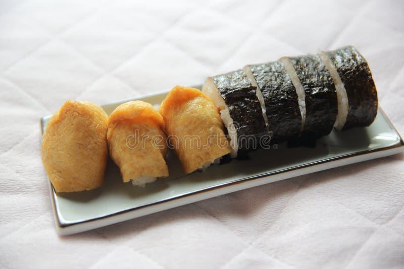 Riz chevronné enveloppé dans Fried Tofu Bag, nourriture japonaise de sushi d'Inari photo libre de droits