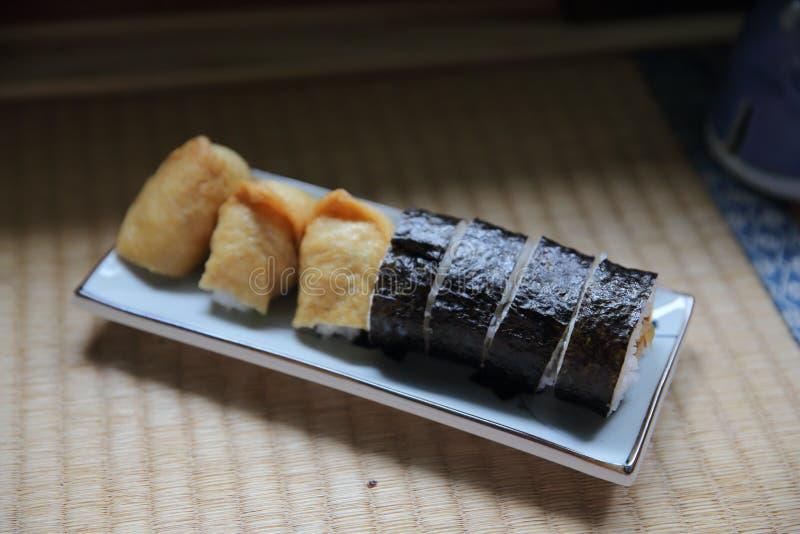 Riz chevronné enveloppé dans Fried Tofu Bag, nourriture japonaise de sushi d'Inari photos libres de droits