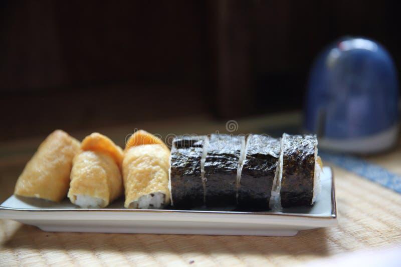 Riz chevronné enveloppé dans Fried Tofu Bag, nourriture japonaise de sushi d'Inari image libre de droits
