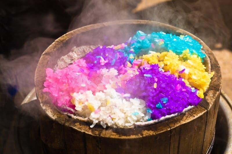 riz Cinq-coloré dans le vapeur en bambou photographie stock