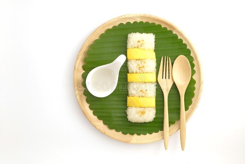 Riz collant de mangue douce thaïlandaise avec du lait de noix de coco, fond blanc image stock