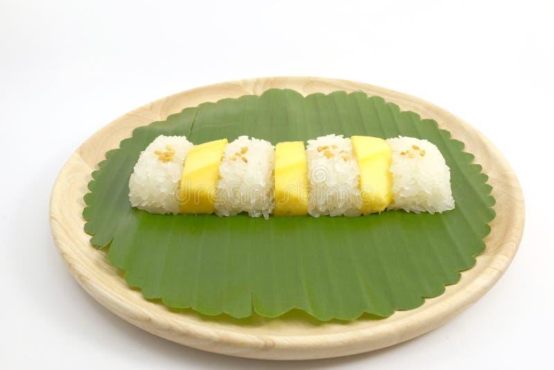 Riz collant de mangue douce thaïlandaise avec du lait de noix de coco, fond blanc photos stock