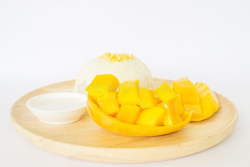 Riz collant doux avec la mangue du plat en bois images stock