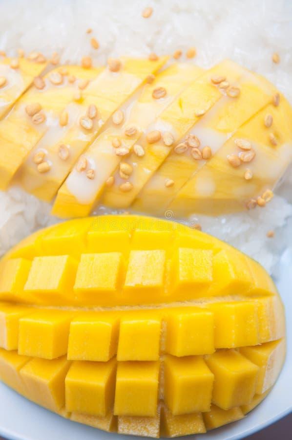 Riz collant et dessert thaïlandais de mangue images stock