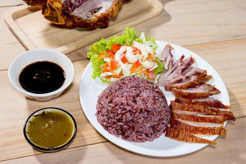 Riz cuit de jasmin avec de la salade et la jambe frite de porc cuites photo libre de droits