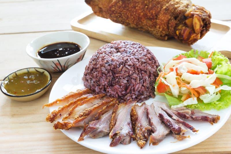 Riz cuit de jasmin avec de la salade et la jambe frite de porc cuites photographie stock