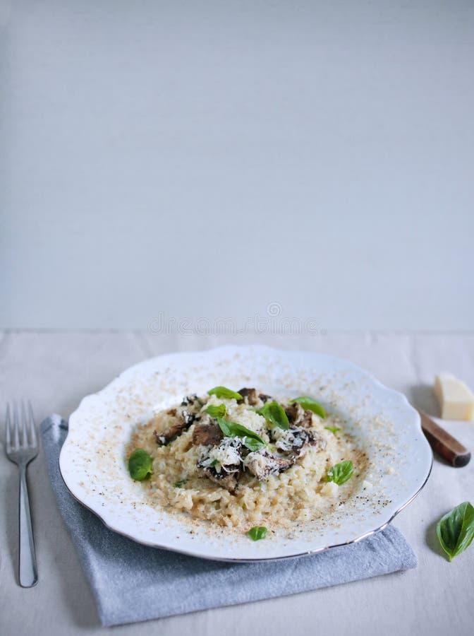 Riz d'arborio de champignon et de risotto de gras de foie avec le basilic image libre de droits