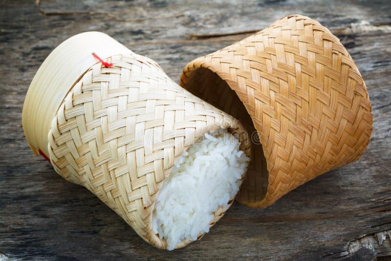 Riz dans le panier en bambou photographie stock