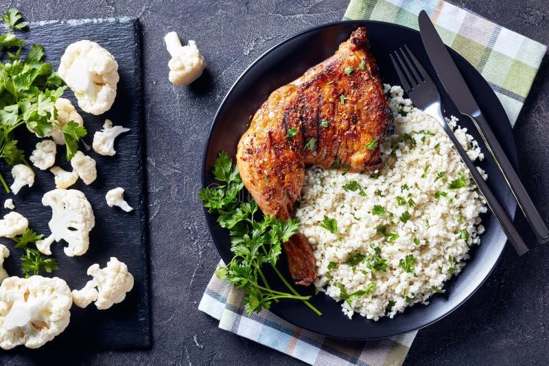 Riz de chou-fleur avec la jambe de poulet grillée dans la cuvette photos libres de droits