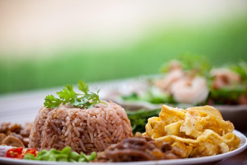 Riz de friture avec la pâte de crevette photos stock