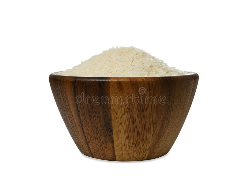 Riz de jasmin dans une cuvette en bois d'isolement sur le fond blanc photo stock