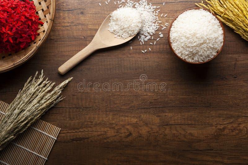Riz de jasmin et ingrédient en bois de cuillère sur la table images libres de droits