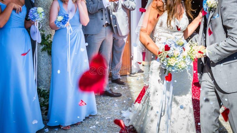 Riz de mariage pendant la cérémonie de mariage images libres de droits