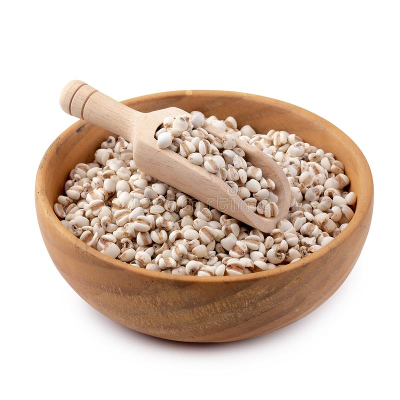 Riz de millet dans une cuvette en bois d'isolement sur le fond blanc image libre de droits