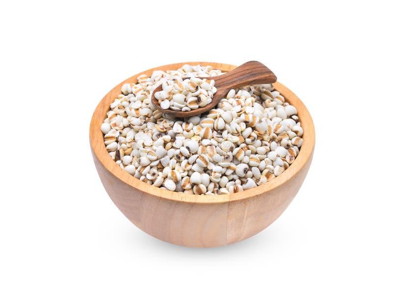 Riz de millet, grains de millet dans la cuvette en bois et cuillère d'isolement dessus photographie stock